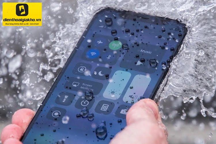 khả năng chống nước của iphone 12